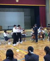 秋祭 バッハのドッペルコンチェルトを弾く男子生徒